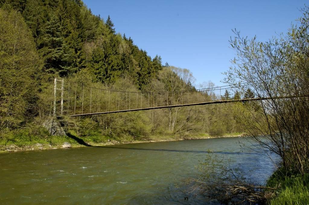 Visutý lanový most cez Váh