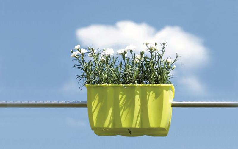 Balkónová relaxácia môže byť dobrý nápad, Balkonovy-truhlik-na-zabradlie-zelena