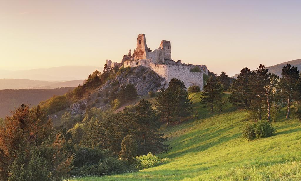 Pamiatky a dominanty Trenčianskeho kraja zívajú prázdnotou, cachticky_hrad