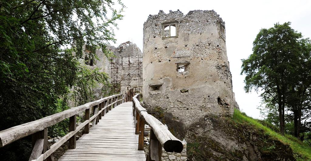 Pamiatky Trenčianskeho kraja zívajú prázdnotou, hrad_uhrovec