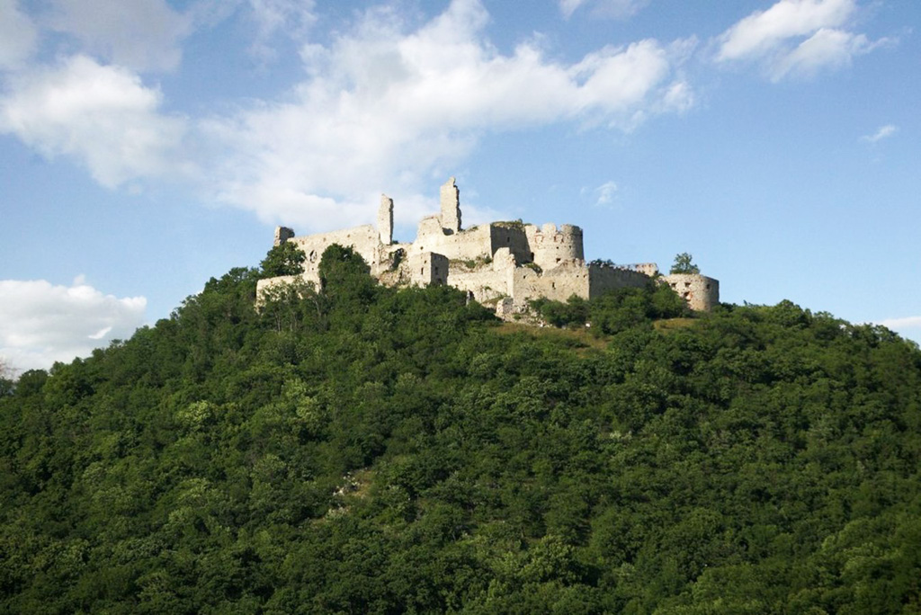 Ponúkame 7 tipov na individuálne túry a vychádzky k hradným zrúcaninám, Plavecký hrad1