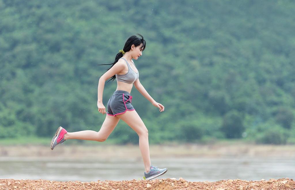 5 praktických tipov pre začínajúcich bežcov, vďaka ktorým si beh užijete, Došľapujte na prednú časť chodidla