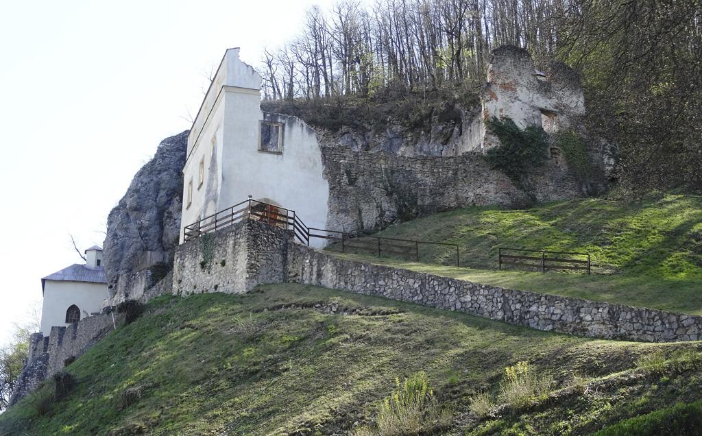 Vyberte sa s nami na pešiu túru do prírody v okolí Trenčína, Kláštor Veľká Skalka