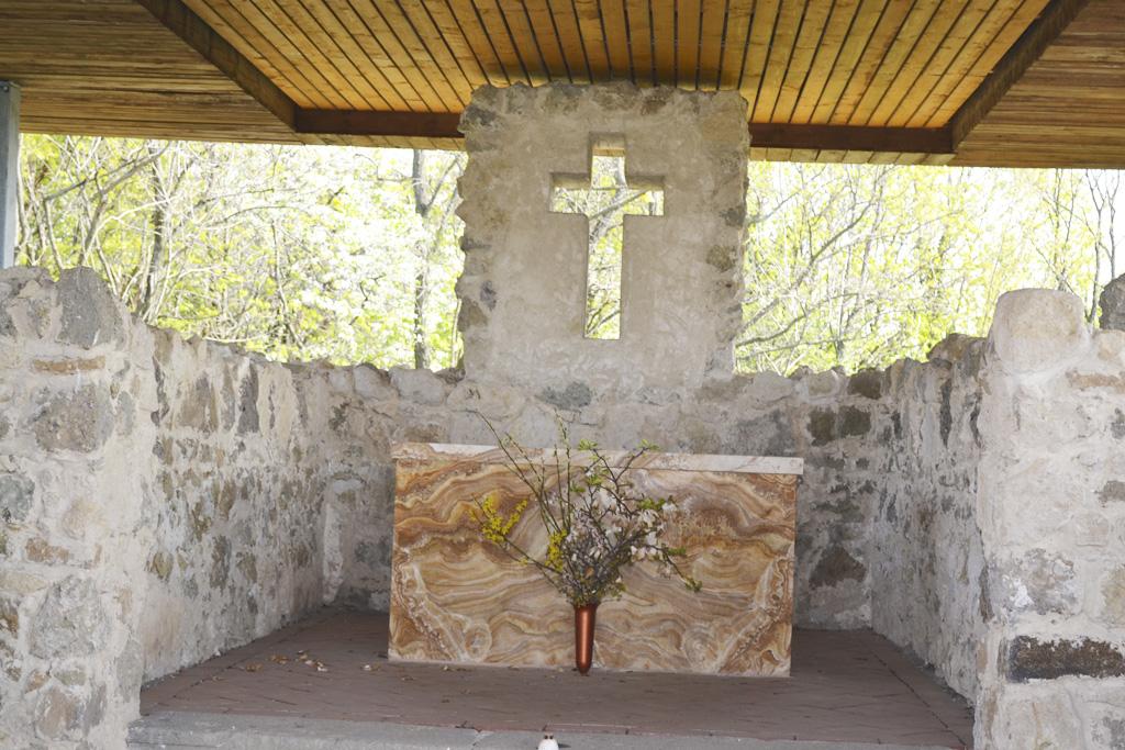 Kalvária v Leviciach a nad ňou neprehliadnuteľný kríž, torzo kostolíka