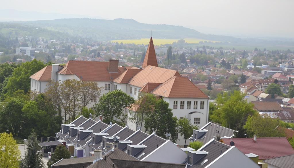 Pohľadz rozhľadne na centrum Levíc. V pozadí vidieť vrch Šíklóš s rozhľadňou.
