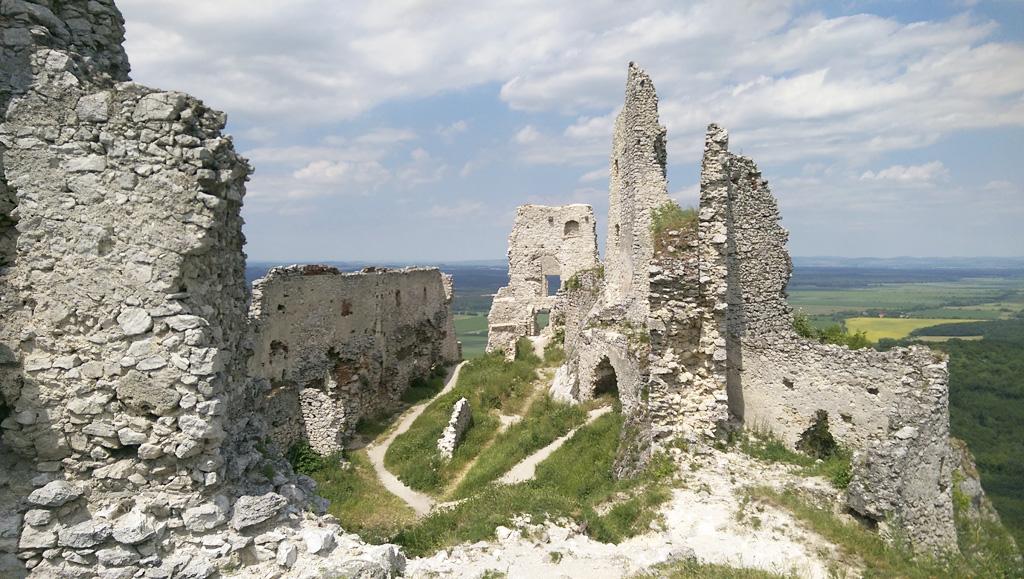 štvrtá sezóna úspešného turistického vlaku Záhoráčik, Plavecky hrad