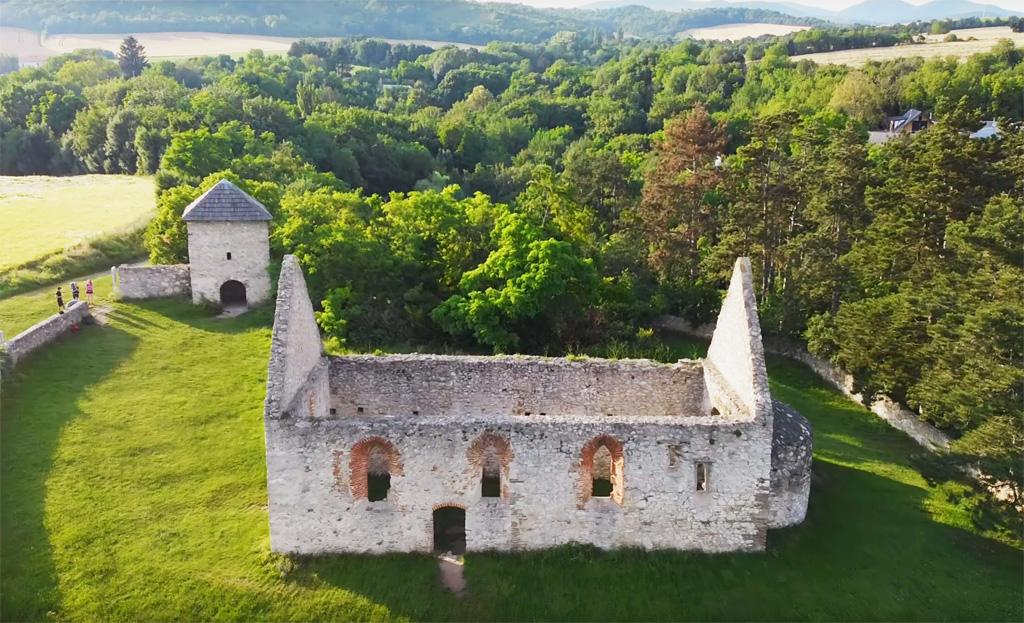 Haluzická tiesňava, románsky kostolík a bivak na vrchu Hájnica