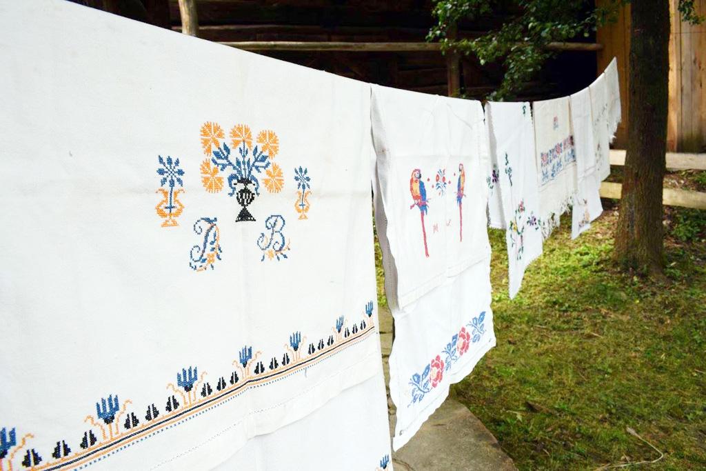 Ľanová nedeľa 2020, cistenie odevu, v Múzeu slovenskej dediny