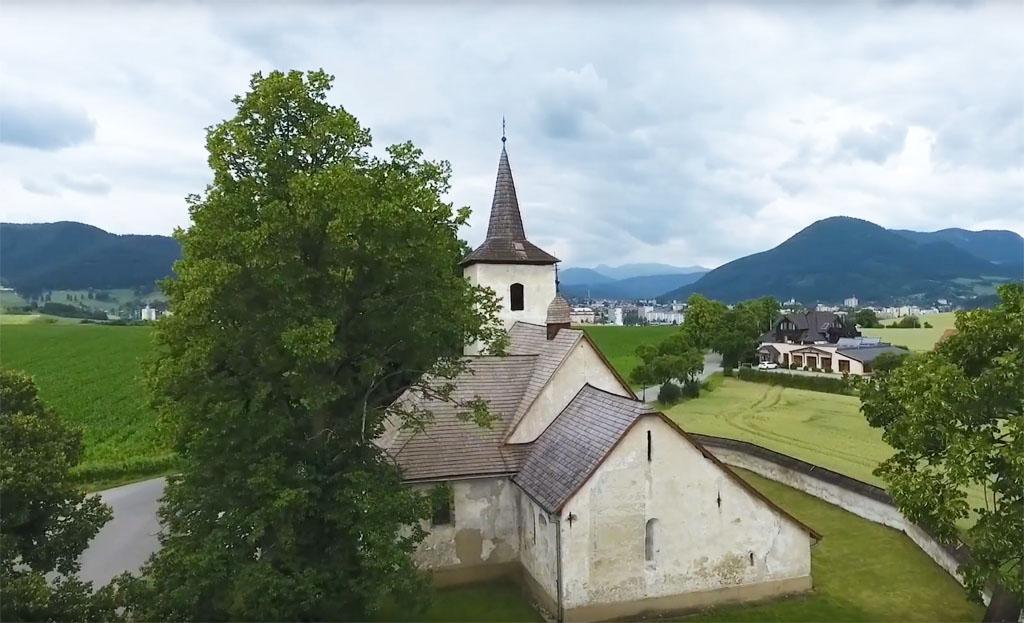 Blízko Ružomberku, v dedinke Ludrová sa nachádza tajomný gotický kostolík
