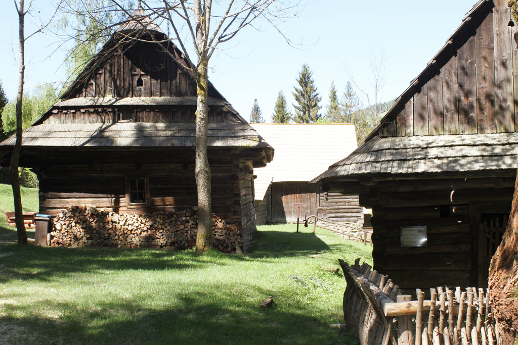 Múzeum kysuckej dediny a Historická lesná úvraťová železnica vo Vychylovke