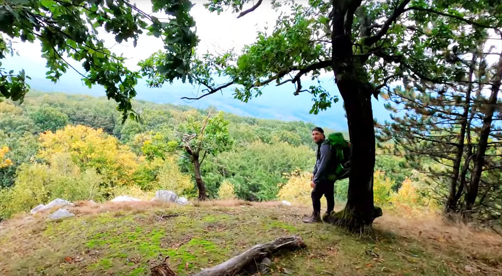 Jesenný bivak na kremencovej hôrke Čierna skala v pohorí Tribeč