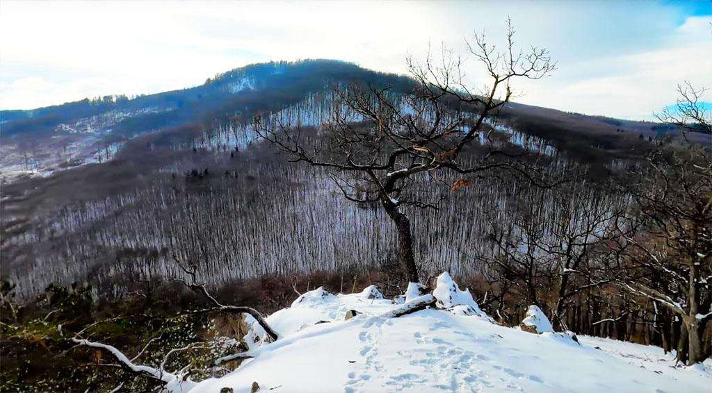 Hradisko Valy Bojná – vrch Holý kameň a jaskyňa pod Holým kameňom