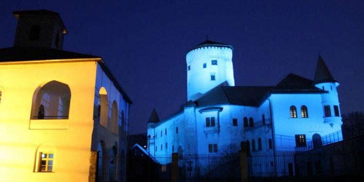 Budatínsky hrad bude na Veľkú noc svietiť namodro - ako symbolické gesto i pomoc