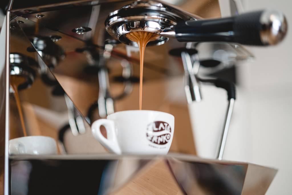kávička, kavovar, pitie kavy, stroj na kavu, Káva Zlaté Zrnko, lahodne espresso, objednaj si kavu