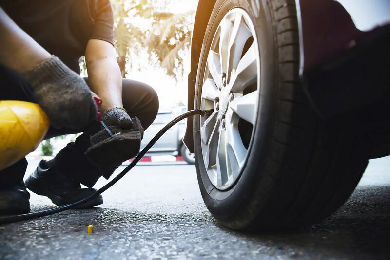Auto a servis pred cestou, olej údržba vozidla bezpečnosť na ceste, pneumatiky, hustenie