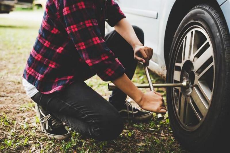 Servis a auto pred cestou olej údržba vozidla bezpečnosť na ceste, výmena pneu, defekt
