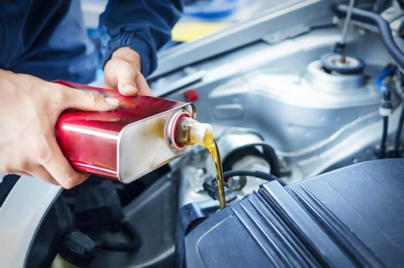 Servis a auto pred cestou olej údržba vozidla bezpečnosť na ceste